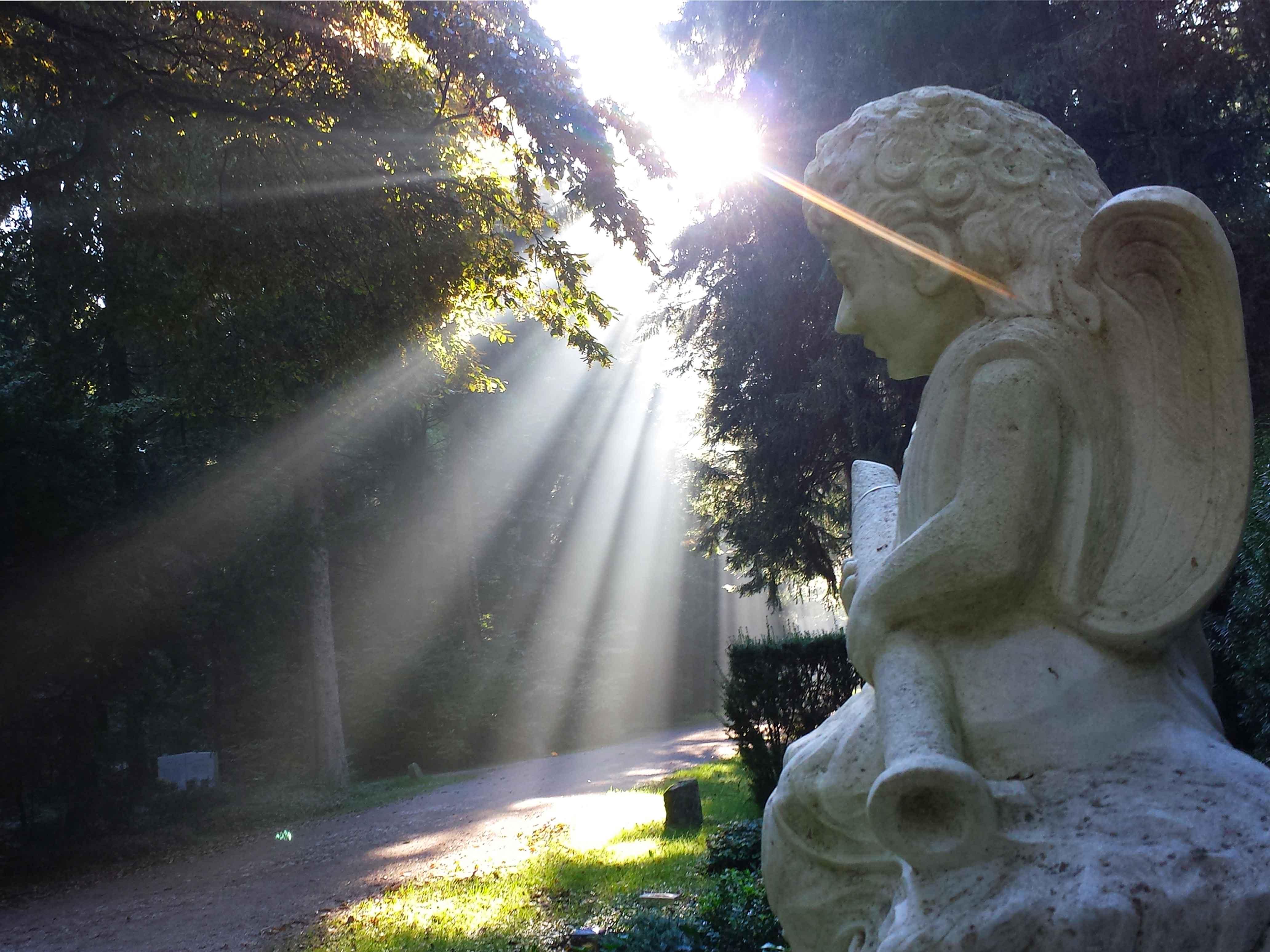 Engelsfigur auf dem Friedhof